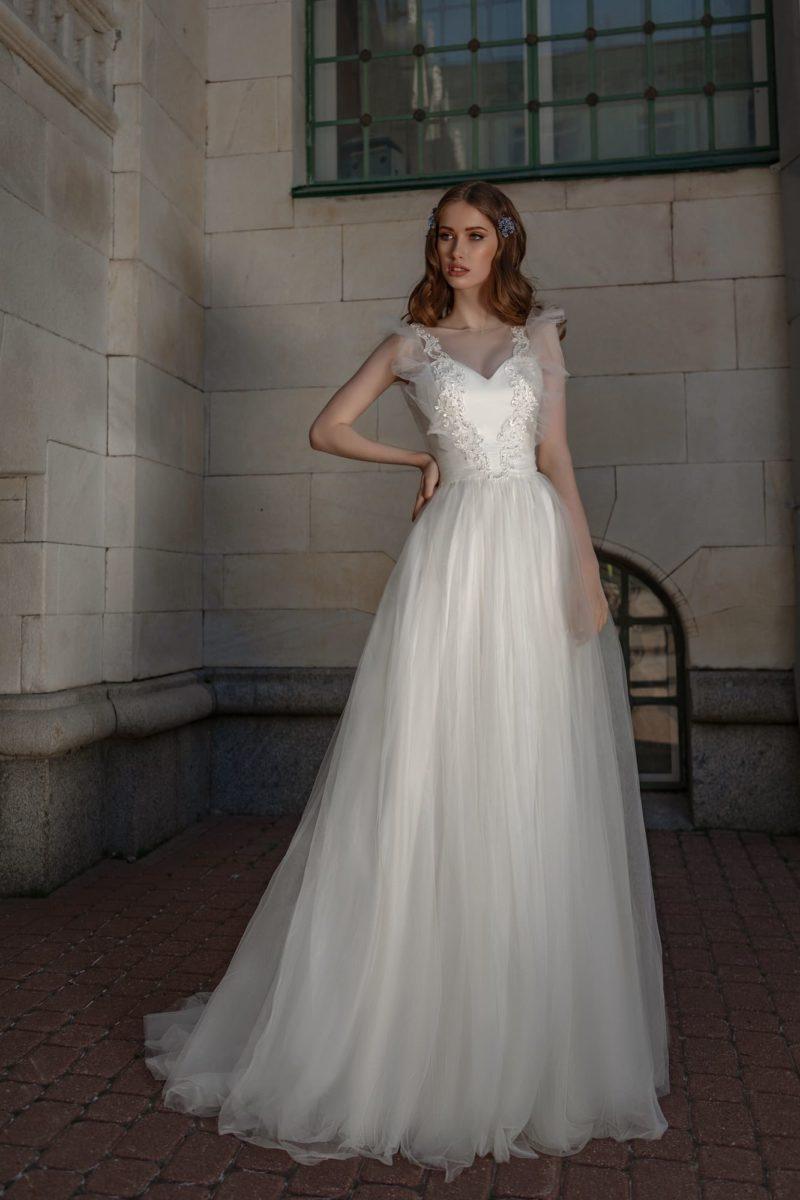 Свадебное платье с атласным корсетом и многослойным низом.