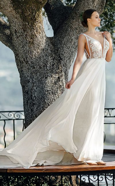 Элегантное свадебное платье с глубоким вырезом и открытой спиной.
