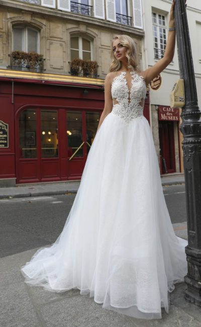 Свадебное платье с многослойной юбкой и вырезами на уровне талии.