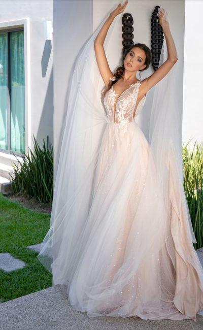 Свадебное платье пудрового оттенка, украшенное пайетками и кружевом.