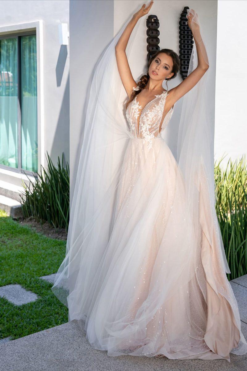 Легкое летнее свадебное платье с глубоким декольте