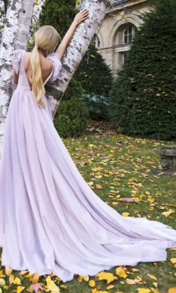 Свадебное платье лилового цвета с закрытым лифом.