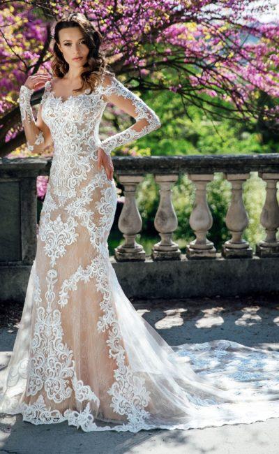Бежевое свадебное платье с белым кружевом и длинным рукавом.