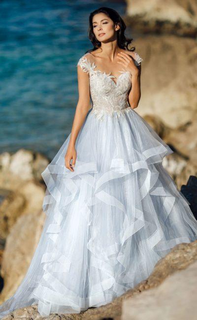 Пышное свадебное платье с множеством оборок по подолу.
