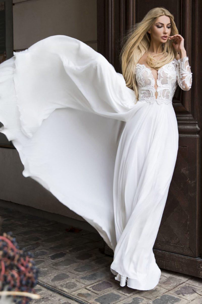 Прямое свадебное платье с длинным рукавом и разрезом на юбке.
