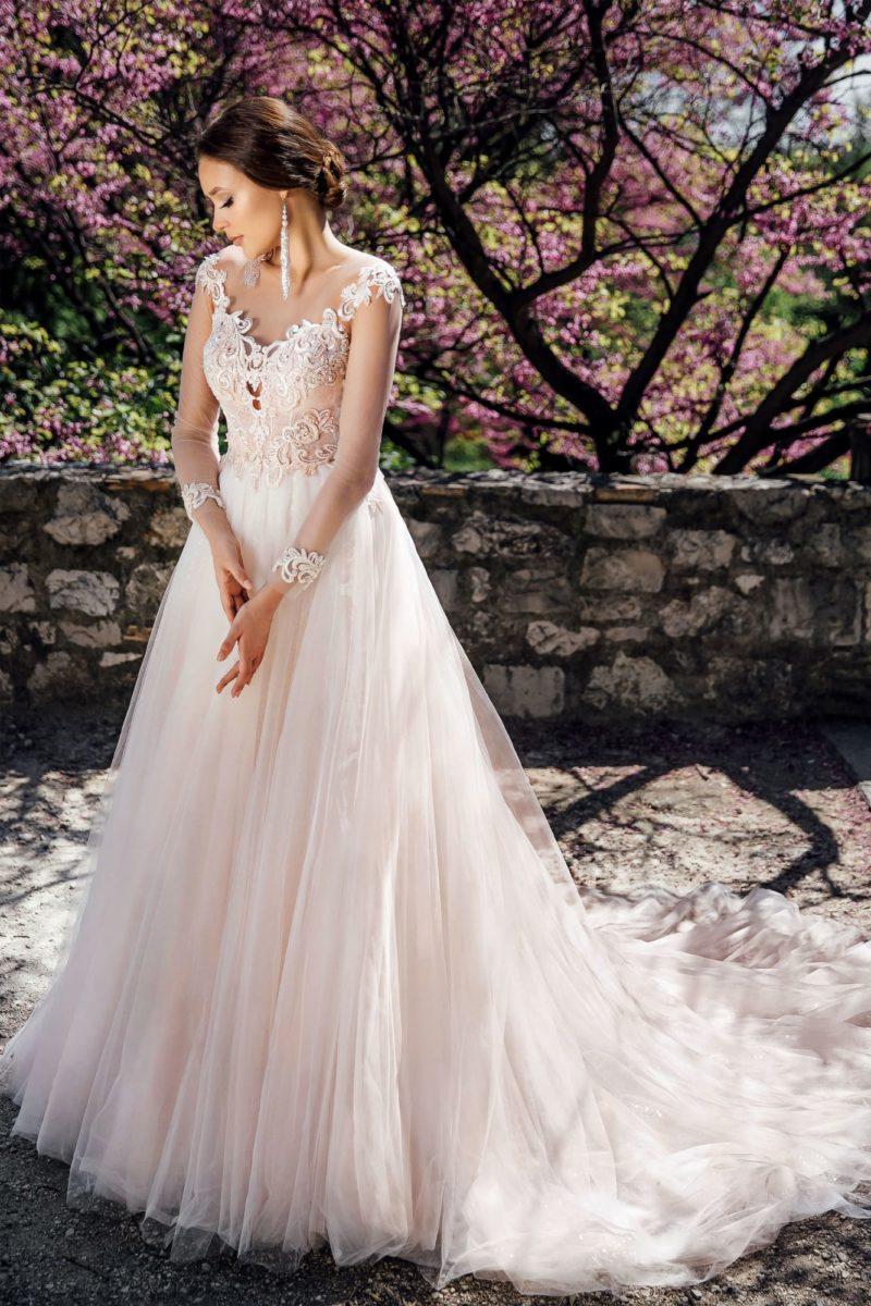 Пышное свадебное платье с длинным рукавом и шикарной отделкой.