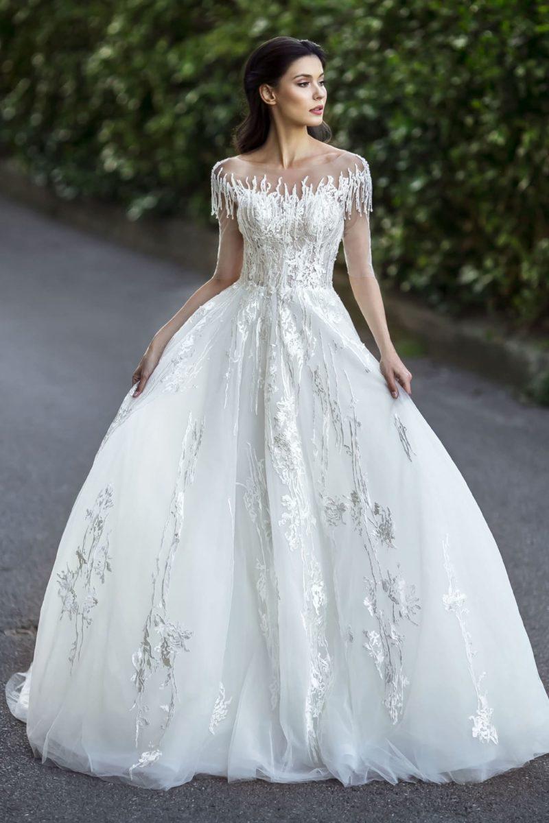 Пышное свадебное платье с глянцевой отделкой аппликациями.