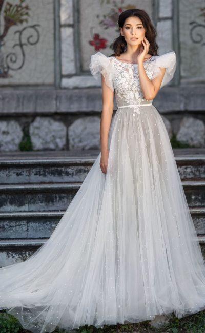 Серое свадебное платье пышного силуэта с открытой спиной.