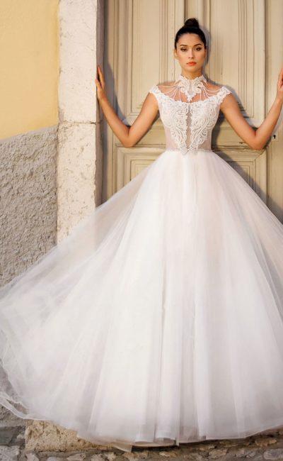 Пышное свадебное платье с аппликациями на декольте.