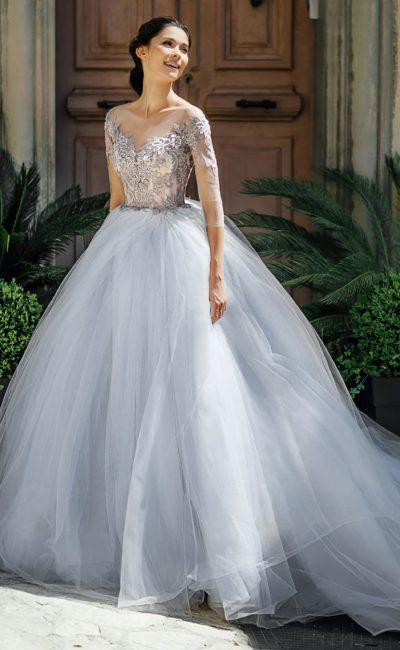 Свадебное платье пышного силуэта с рукавом три четверти.