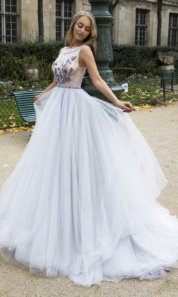 Свадебное платье с цветными аппликациями на закрытом лифе.