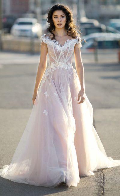 Розовое свадебное платье с V-образным вырезом и аппликациями.