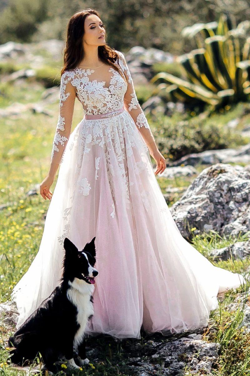 Розовое свадебное платье с рукавом и атласным поясом.