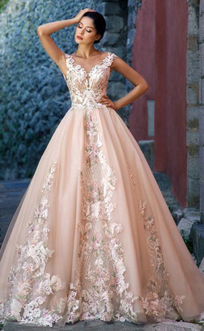 Персиковое свадебное платье пышного кроя с пастельной отделкой.