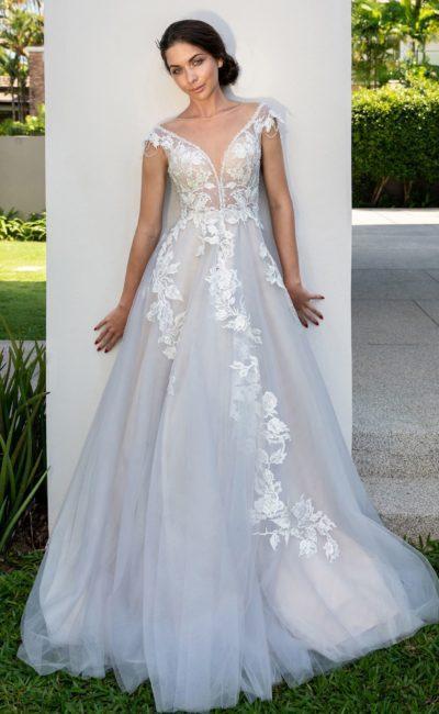 Пышное свадебное платье с аппликациями и открытой спинкой.