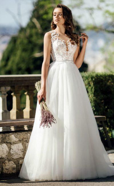 Торжественное свадебное платье с кружевным корсетом.