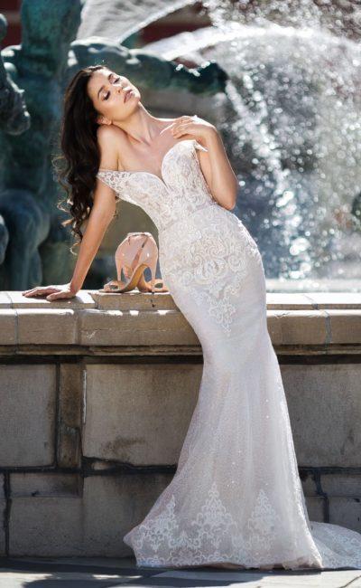 Свадебное платье «русалка» с портретным декольте и сияющим декором.