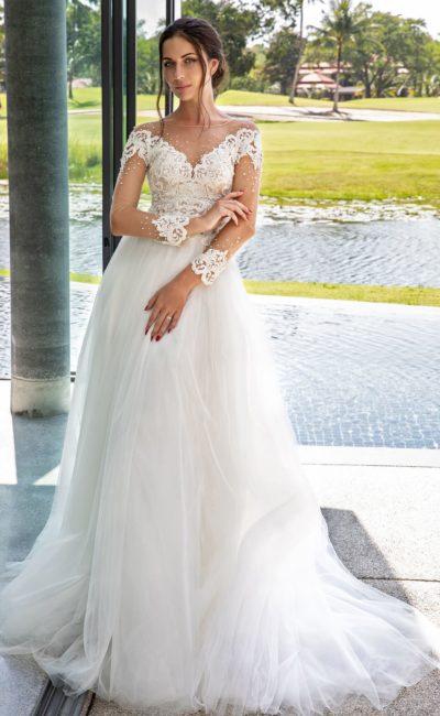 Романтичное свадебное платье с прозрачным рукавом и кружевом.