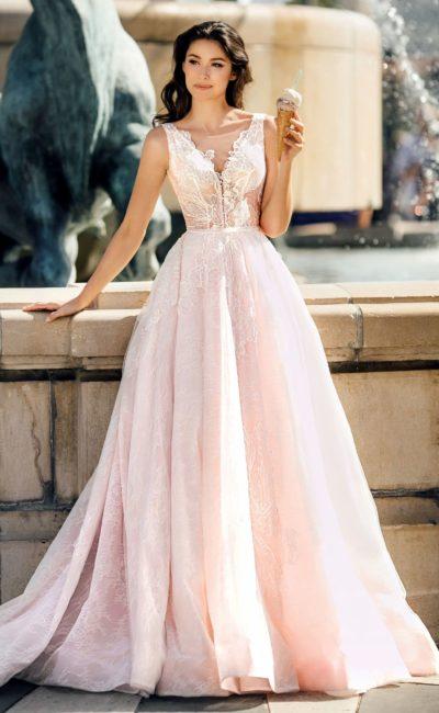 Розовое свадебное платье с крупными аппликациями по корсету.