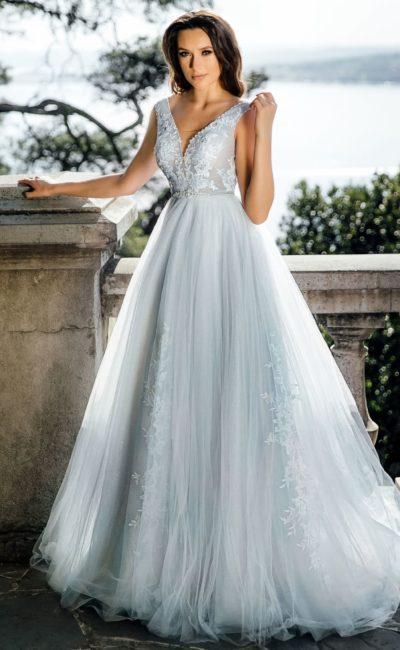 Дымчатое свадебное платье пышного силуэта с вырезом сзади.