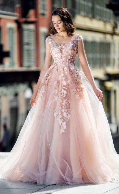 Пышное розовое свадебное платье с воздушным шлейфом.
