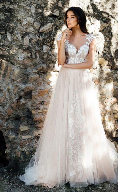 Романтичное свадебное платье оттенка айвори с белыми аппликациями.