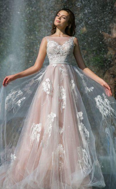 Пышное свадебное платье с розовой подкладкой и белым декором.