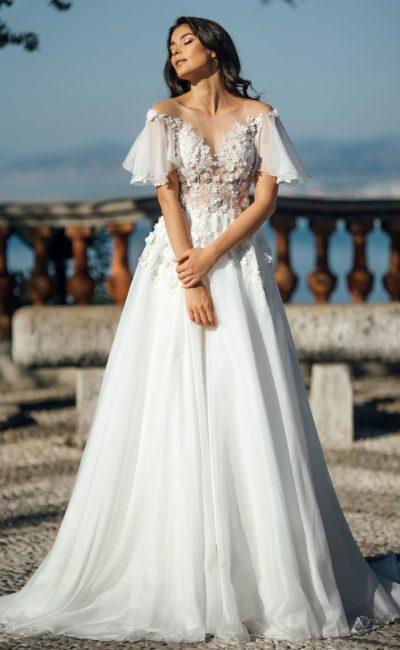 Романтичное свадебное платье с эффектными оборками на лифе.
