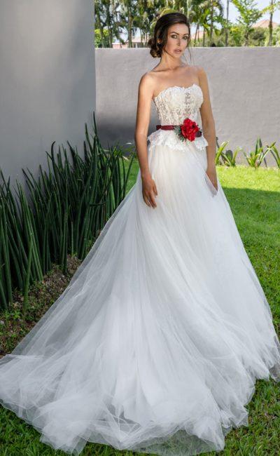 Свадебное платье с открытым лифом и цветным поясом на талии.