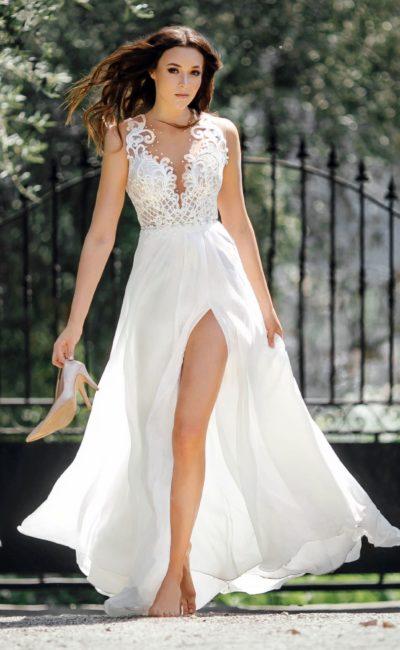 Прямое свадебное платье с разрезом по подолу и бантом на талии.