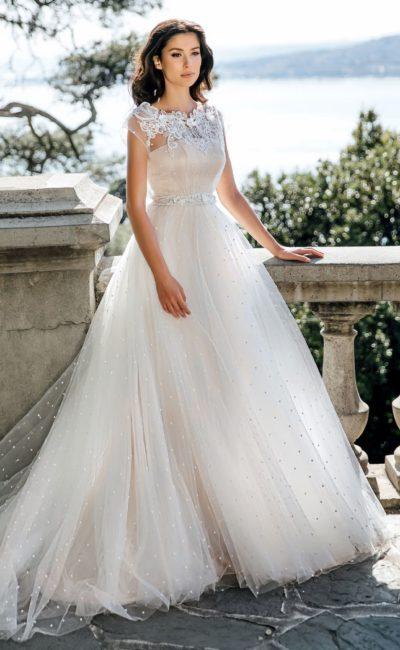 Свадебное платье цвета айвори с кружевным закрытым лифом.
