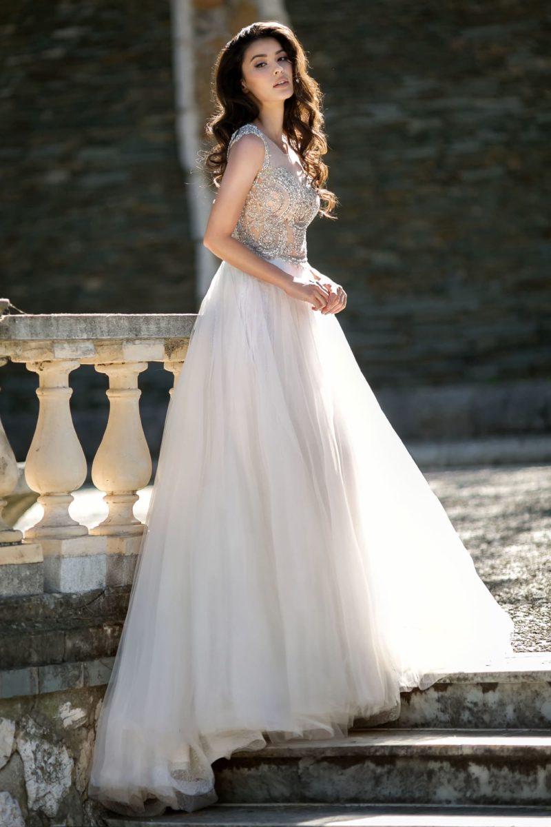 Пышное свадебное платье с шикарной вышивкой на открытом лифе.