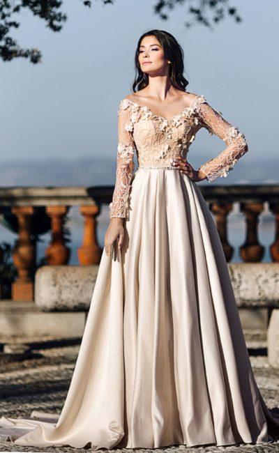 Свадебное платье с кружевным рукавом и атласной юбкой.