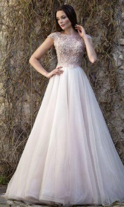 Свадебное платье пышного силуэта с бисерным лифом с коротким рукавом.