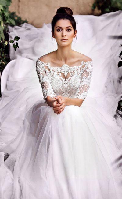 Воздушное свадебное платье с портретным декольте.