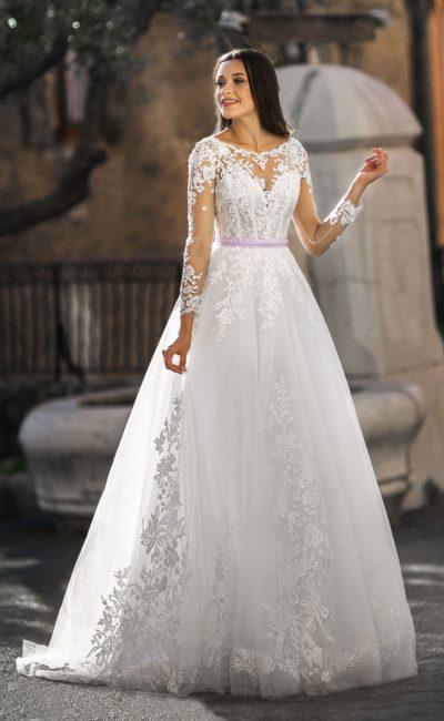 Свадебное платье с полупрозрачным рукавом и цветным поясом.