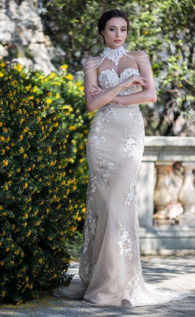 Свадебное платье «русалка» с необычным колье из кружева.