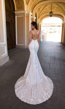 платье «русалочьего» силуэта с соблазнительно глубоким вырезом