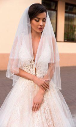 свадебное платье со шлейфом и женственным силуэтом