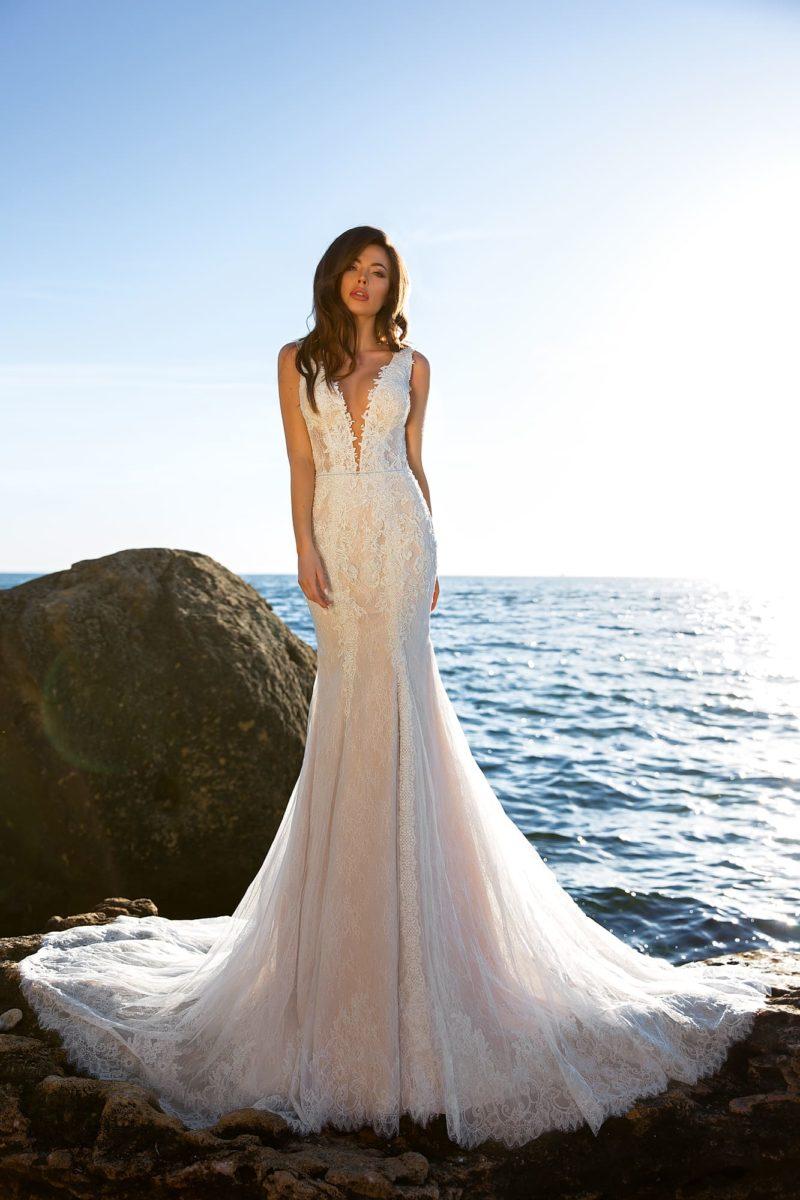 свадебное платье с плотно облегающим фигуру кроем и силуэтом «русалка»