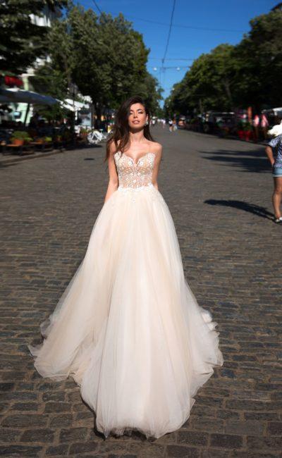 Прелестное свадебное платье с бежевым верхом