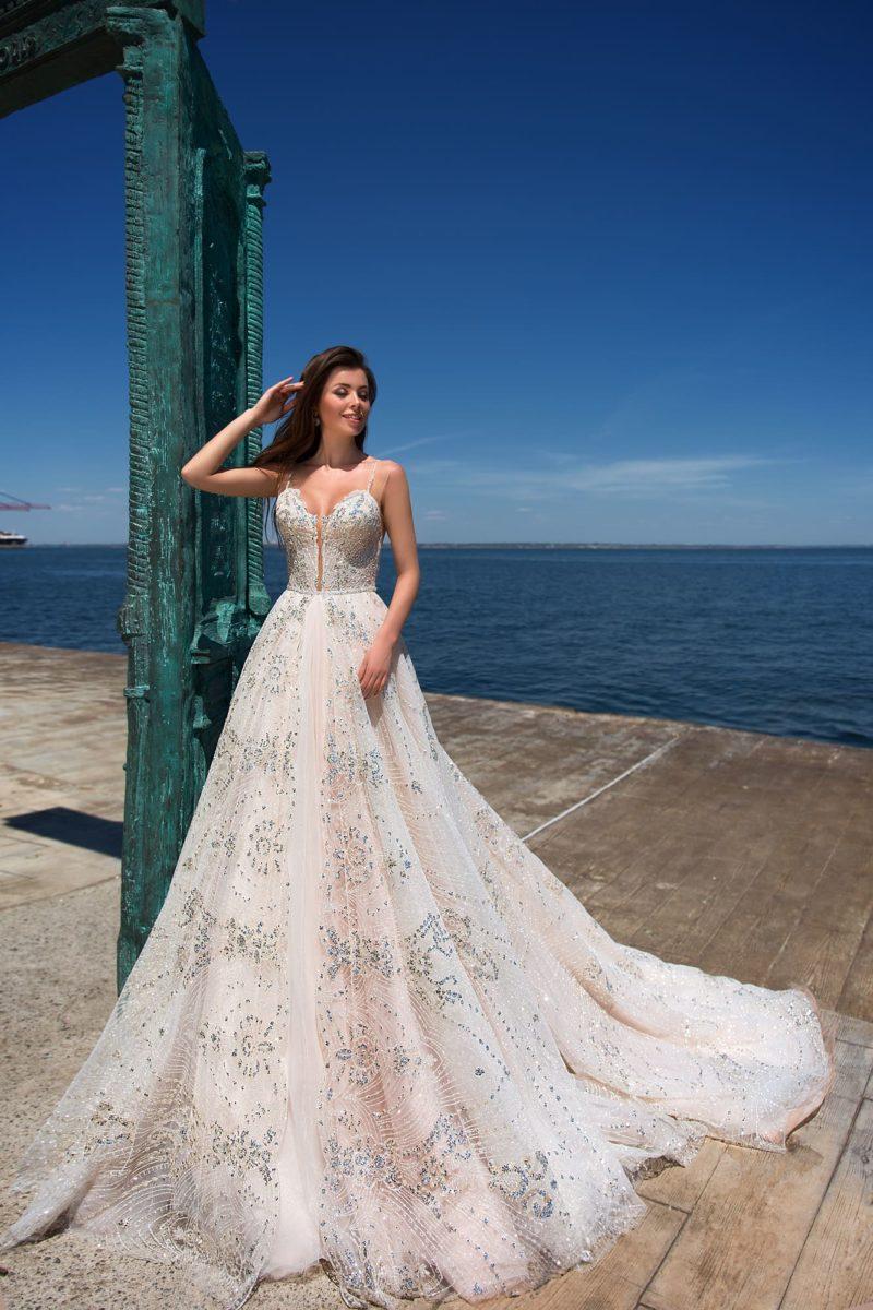 Уникальное свадебное платье с потрясающим шлейфом