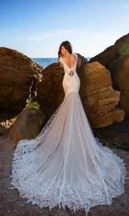 Броское свадебное платье бежевого цвета