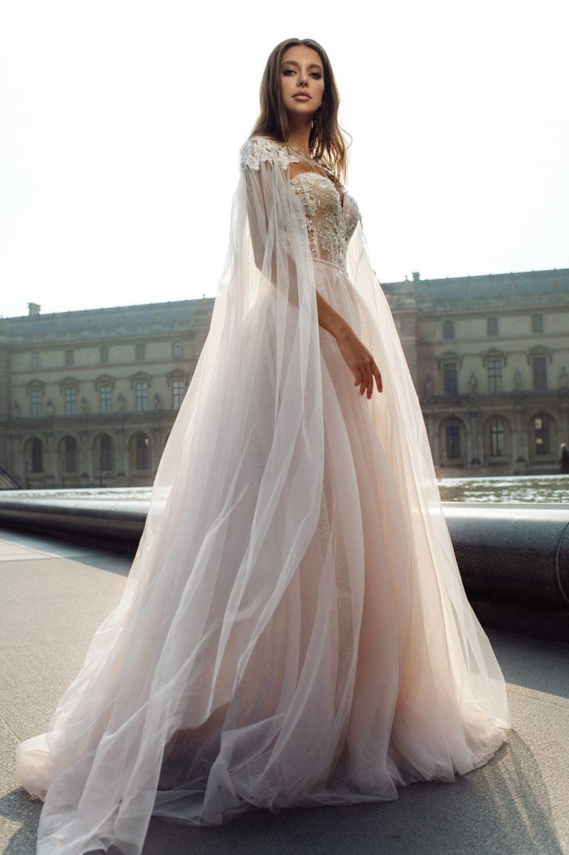 Пудровое свадебное платье с воздушной многослойной юбкой