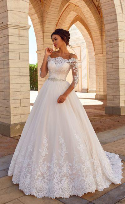Роскошное платье с кружевным декором