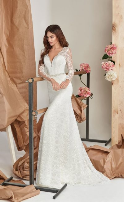 Платье прямого кроя с небольшим шлейфом