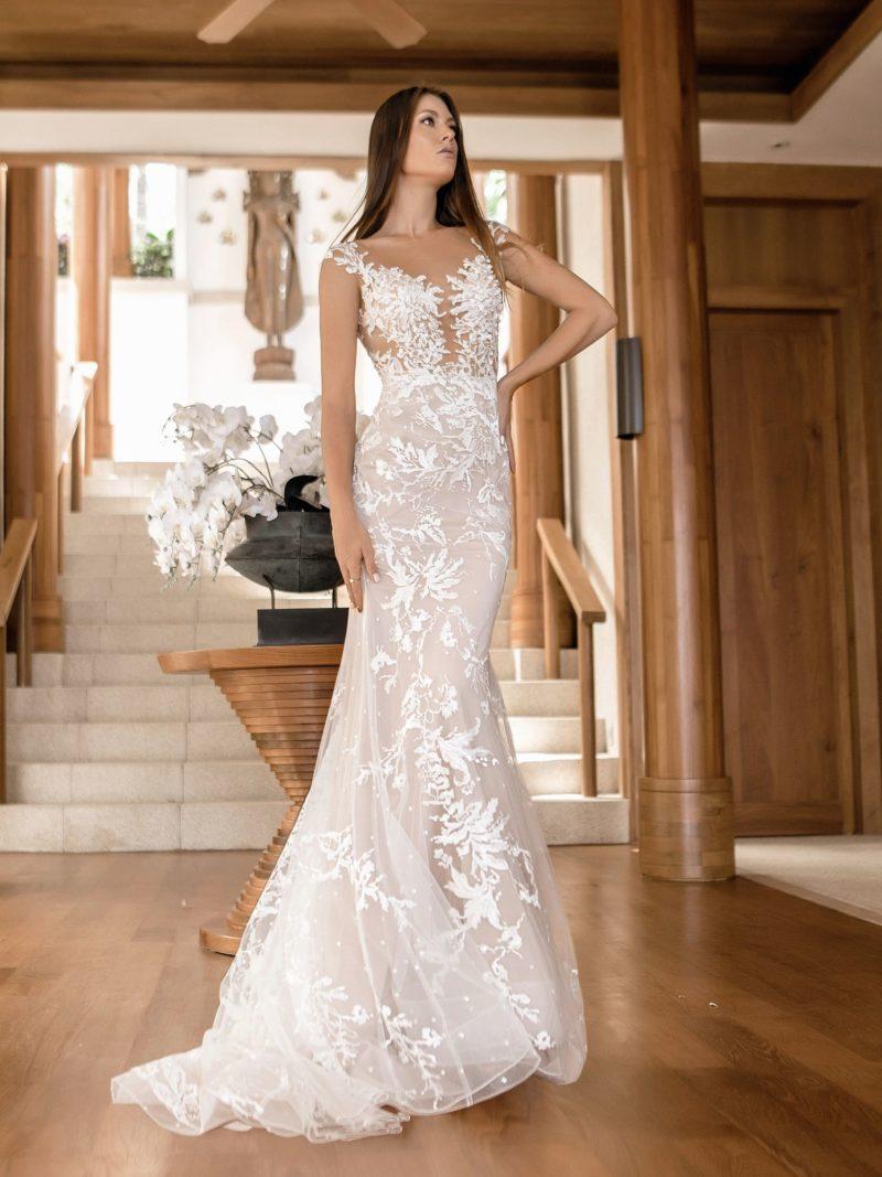Пудровое свадебное платье силуэта «русалка» с ажурным декором