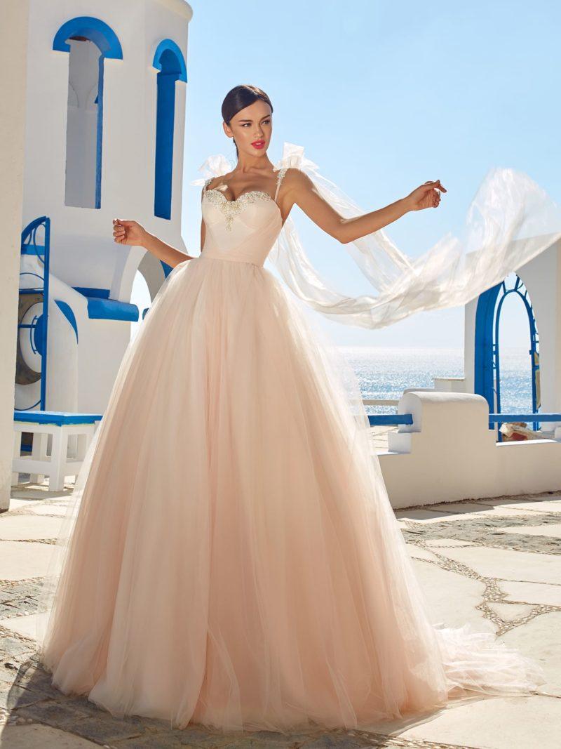 Платье А-силуэта с пышной юбкой персикового оттенка