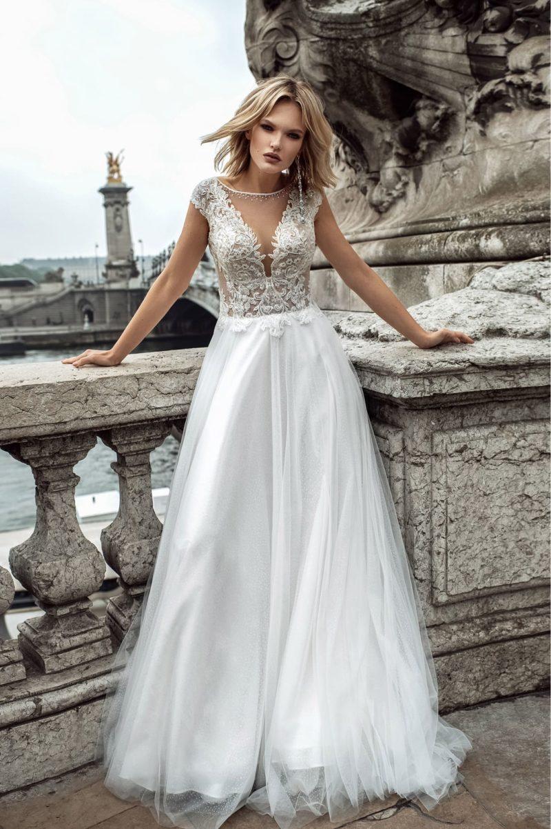 Утонченное свадебное платье с приталенным силуэтом