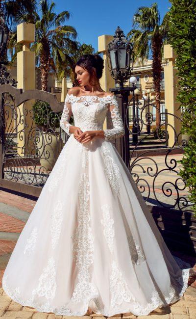 Платье силуэта «принцесса» с длинными рукавами и шлейфом